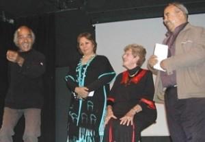 El grup de «Poetes de l'Orient mitjà» a l'edició del festival Poetes à Paris de la tardor del 2009: Ada és asseguda al costat de la poetessa de l'Iran Mehri Shah Hosseini, del poeta algerià Amar Banni i del poeta de l'Irak Al Seidi Mohammed