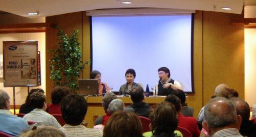 La historiadora Teresa Vinyoles, Maria Lluïsa Latorre i Isabel Monsó, editora de Viena Edicions, durant la presentació del Dones invisibles al Corte Inglés