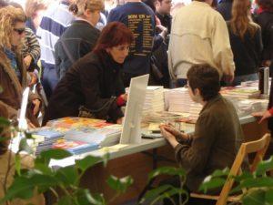 Una lectora interessada pel tema comenta el Dones invisibles amb Maria Lluïsa