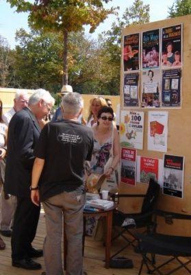 El conseller de Cultura Ferran Mascarell, el dibuixant Fer, d'esquena, i la Maria Lluïsa al parc de la Ciutadella (11 de setembre de 2011)