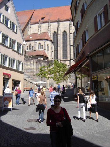 Maig del 2008, la Maria Lluïsa a prop de l'Stiftskirche de Tübingen, a sota en Xavier fent el pallasso