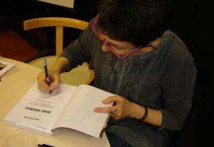 Maria Lluïsa Latorre signant el llibre Dones invisibles