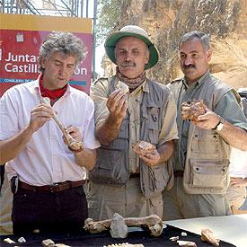 Eudald Carbonell entre Juan Luís Arsuaga i José María Bermúdez a Atapuerca